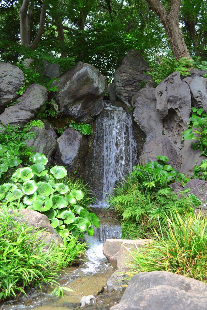 Une cascade dans la jardin oriental du Palais Impérial de Tokyo