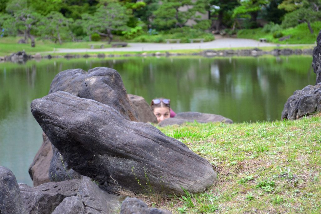 Claire dans le jardin Kyu-Shiba