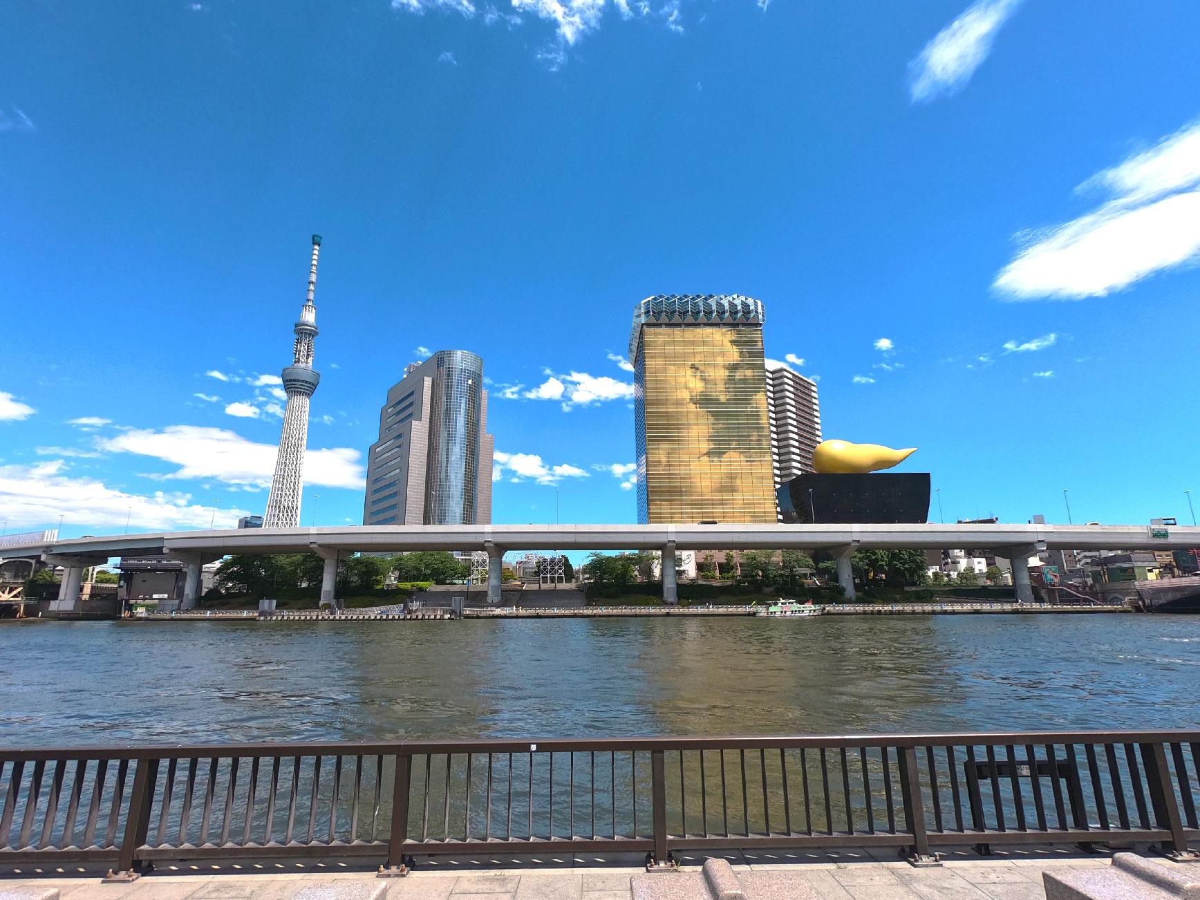 Rivière Sumida avec la Tokyo Sky Tree et le siège des bières Asahi