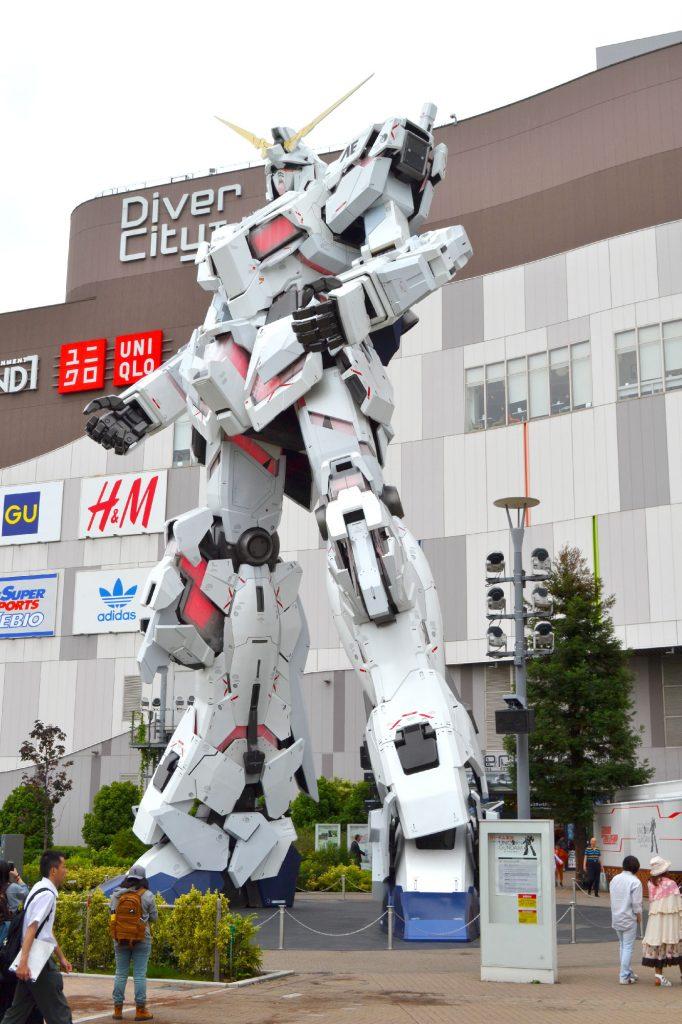 Robot animé de Gundam devant le centre commercial DiverCity sur la presque-île d'Odaiba