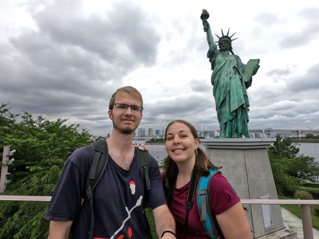 Selfie avec Stélie devant la statue de la liberté d'Odaiba