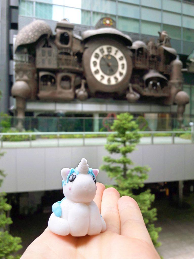 Stélie remet les pendules à l'heure grâce à l'horloge Ghibli