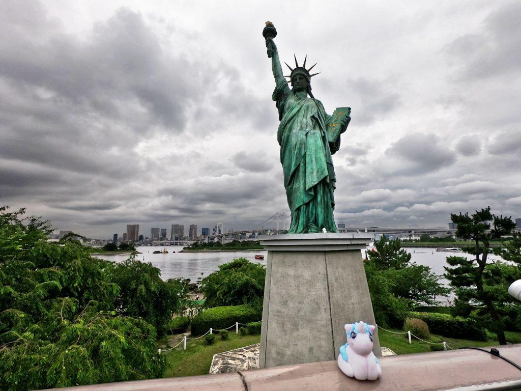 Stélie devant la statut de la liberté d'Odaiba