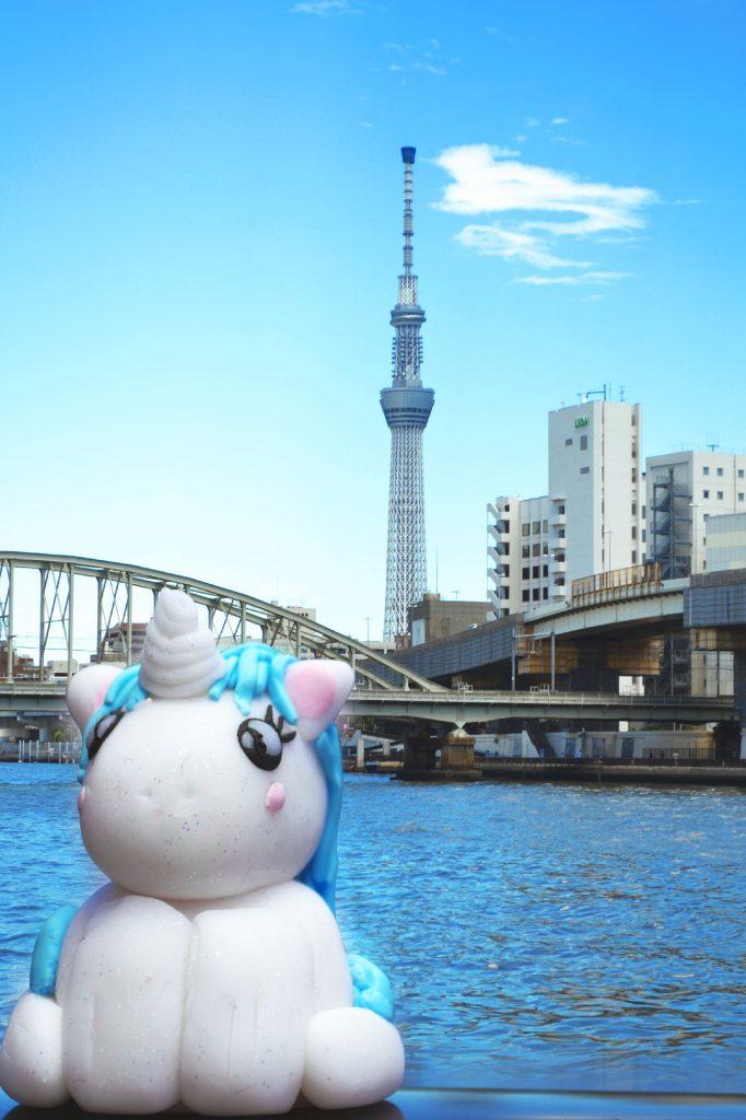 Stélie se promène le long de la rivière Sumida