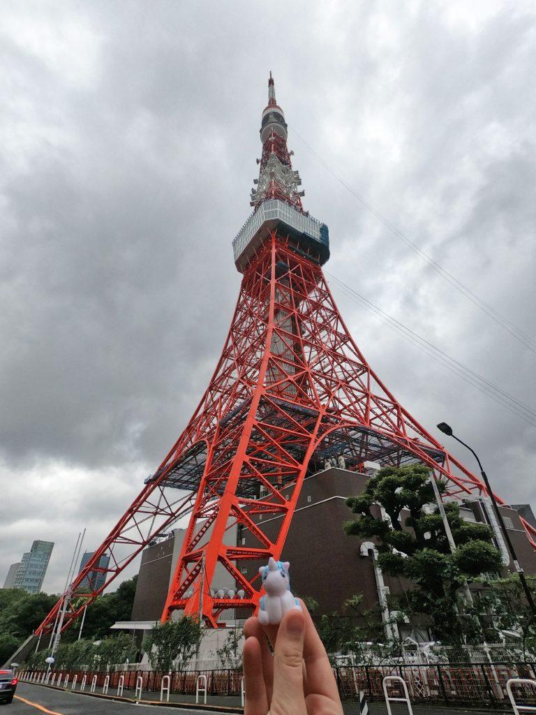 Stélie devant la tour de Tokyo