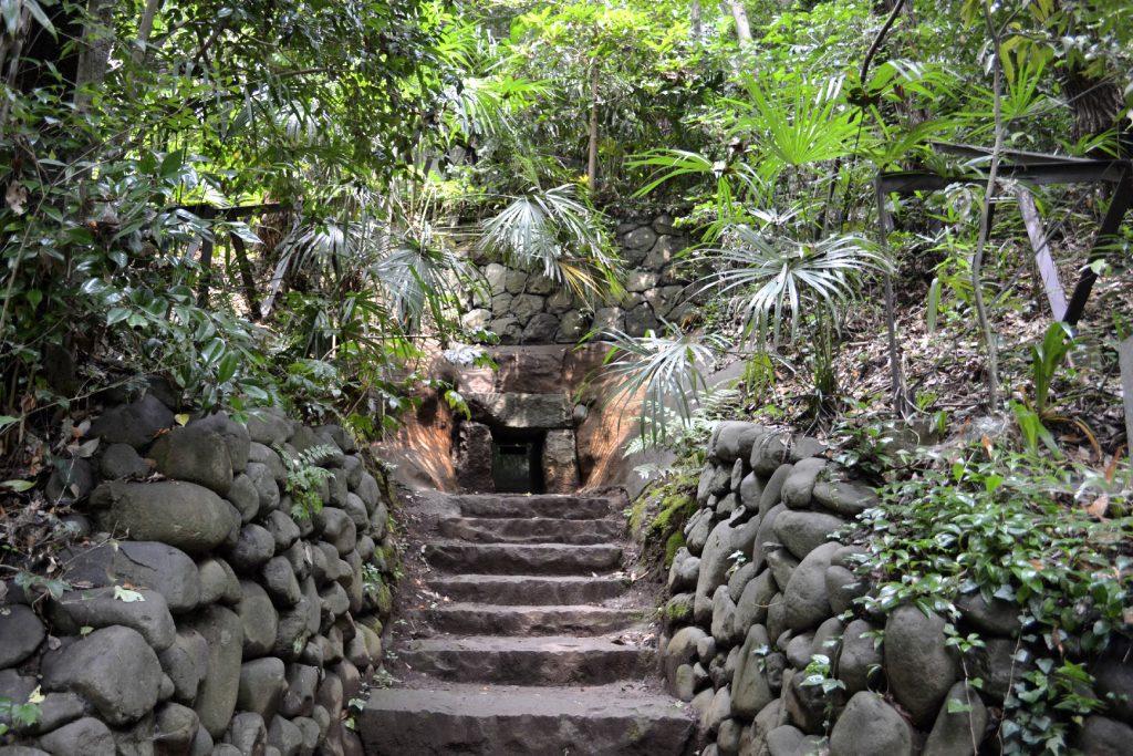 Une tombe dans la vallée de Todoroki