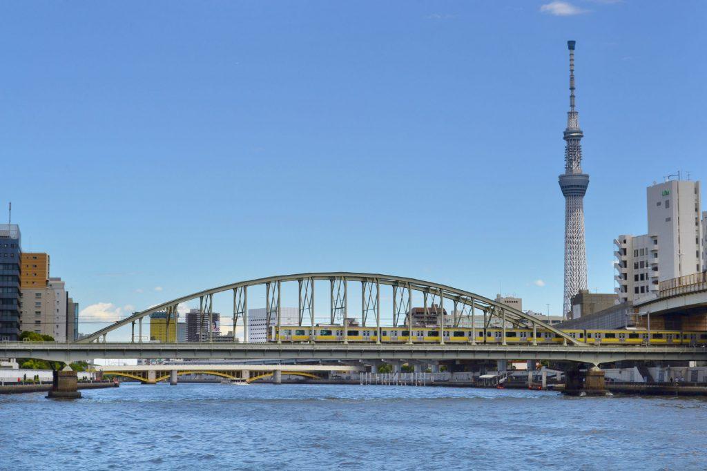 Tokyo Sky Tree et pont ferroviaire sur la rivière Sumida