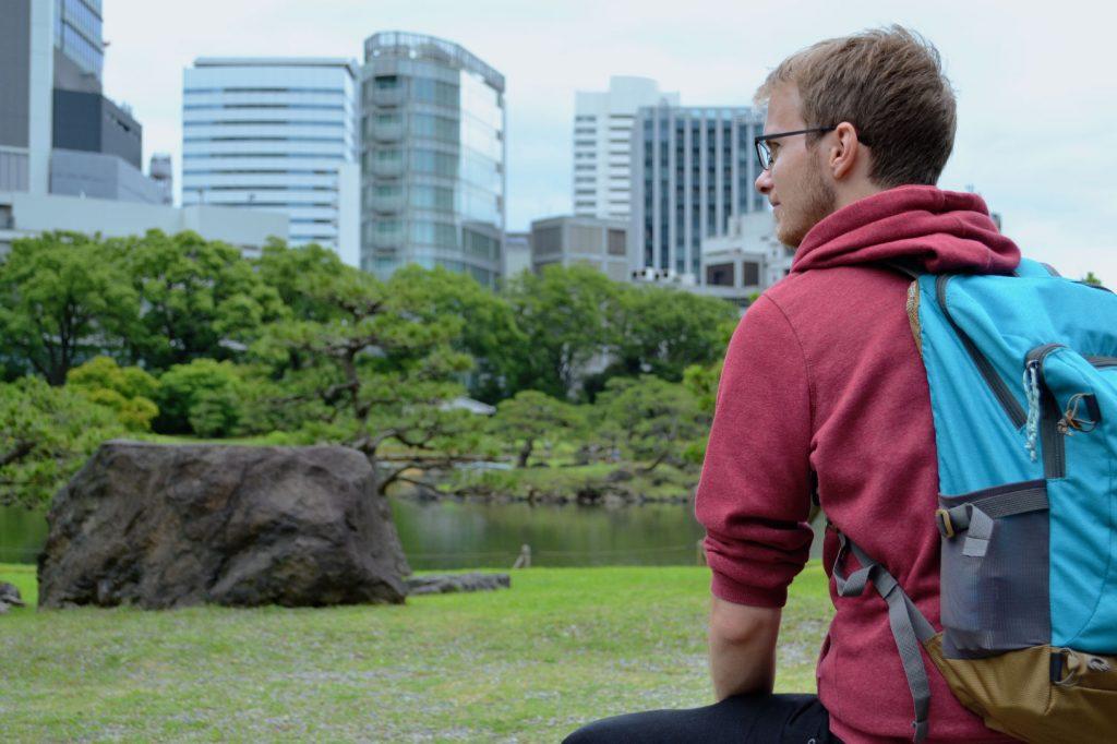 Vincent contemple le jardin Kyu Shiba Rikyu