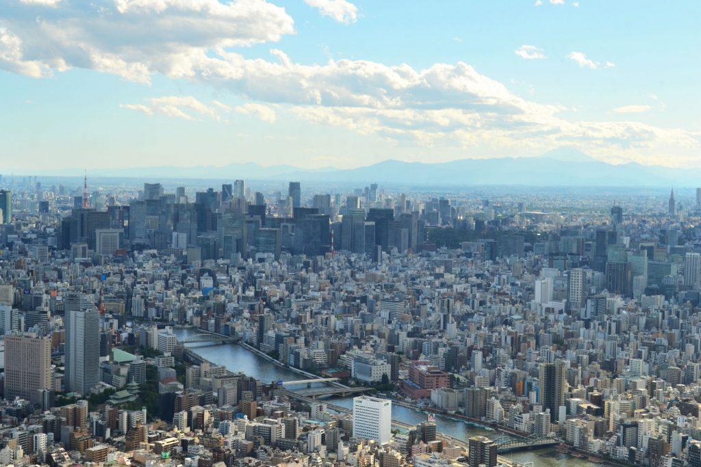 Tokyo et le mont Fuji dans les nuages en fond