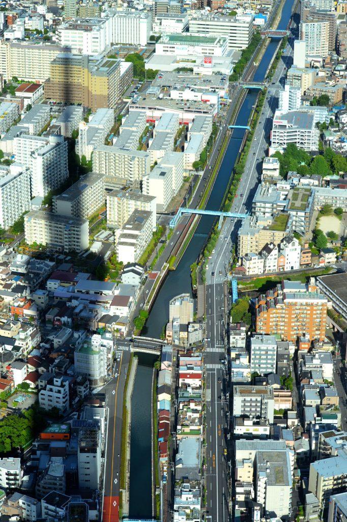 L'ombre de la Tokyo Sky Tree plane sur la ville