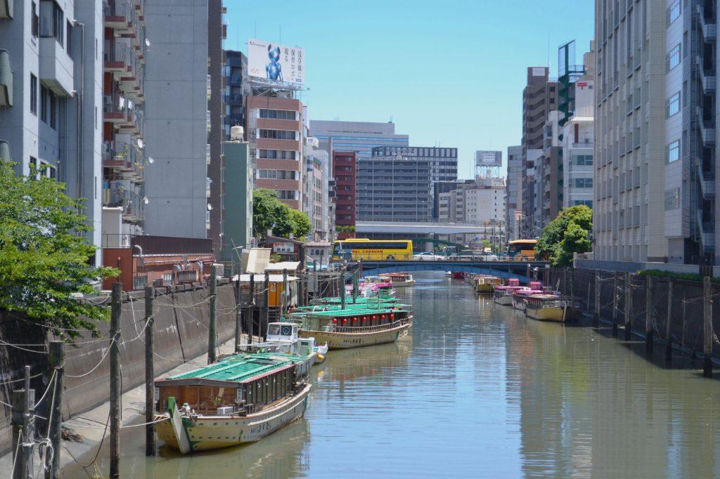 Des bateaux sur un affluent de la rivière Sumida
