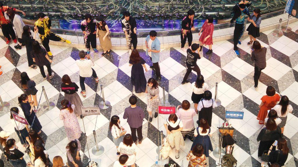 Des fans font la queue pour avoir un autographe (groupe J-Pop Nine)