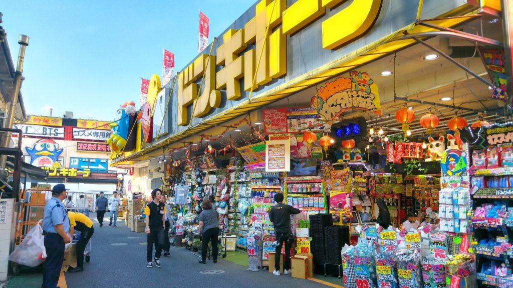 Un magasin (bazar ?) très coloré