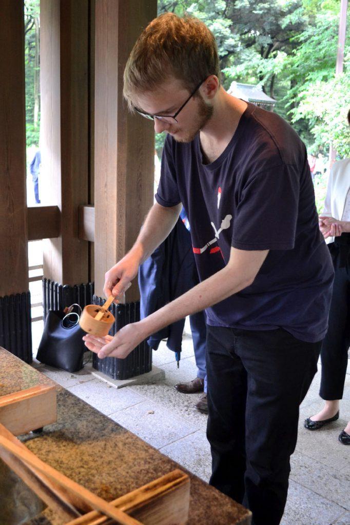 Rituel de purification avant d'entrer dans le Meiji-jingu