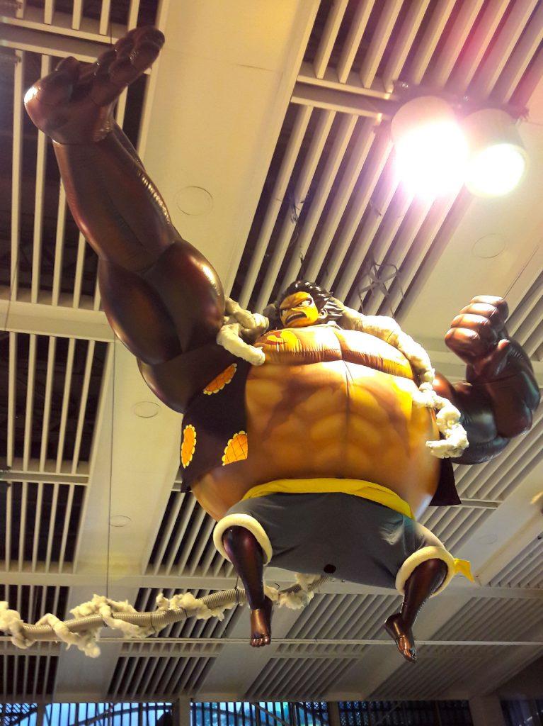 Luffy (One Piece) gonflable géant dans la gare de Shinagawa