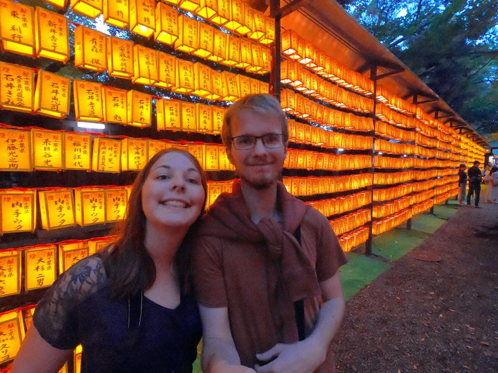 Selfie devant les lanternes du Mitama Matsuri