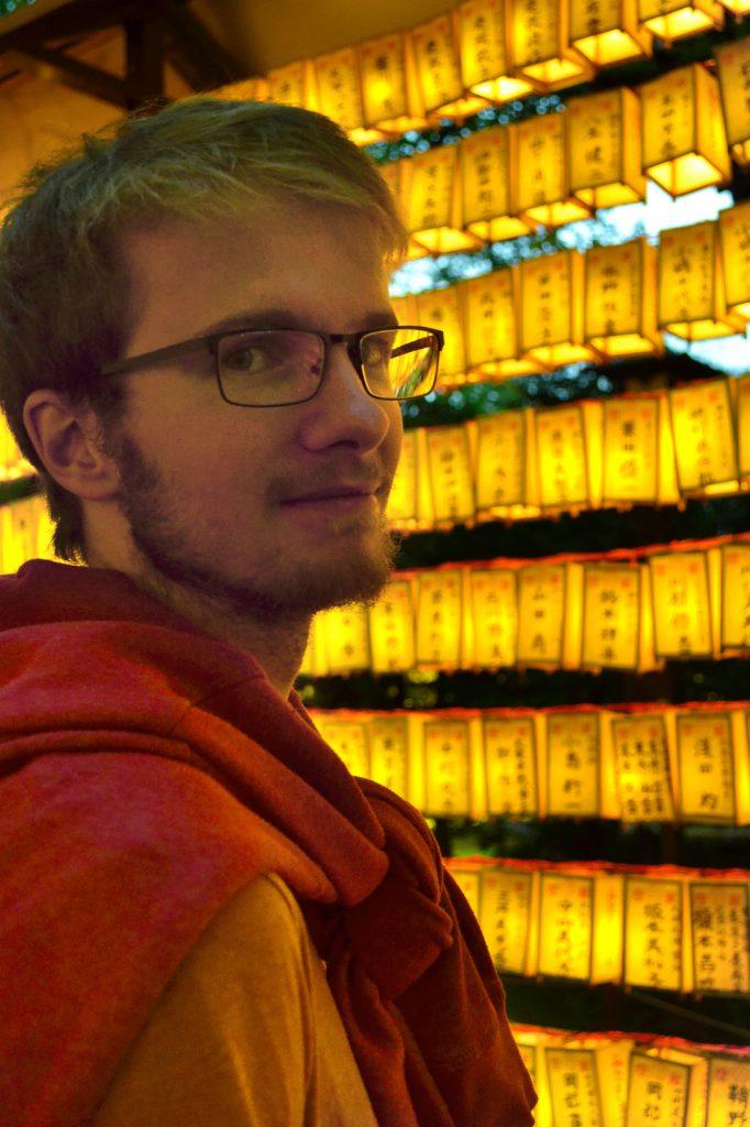 Vincent devant les lanternes du Mitama Matsuri