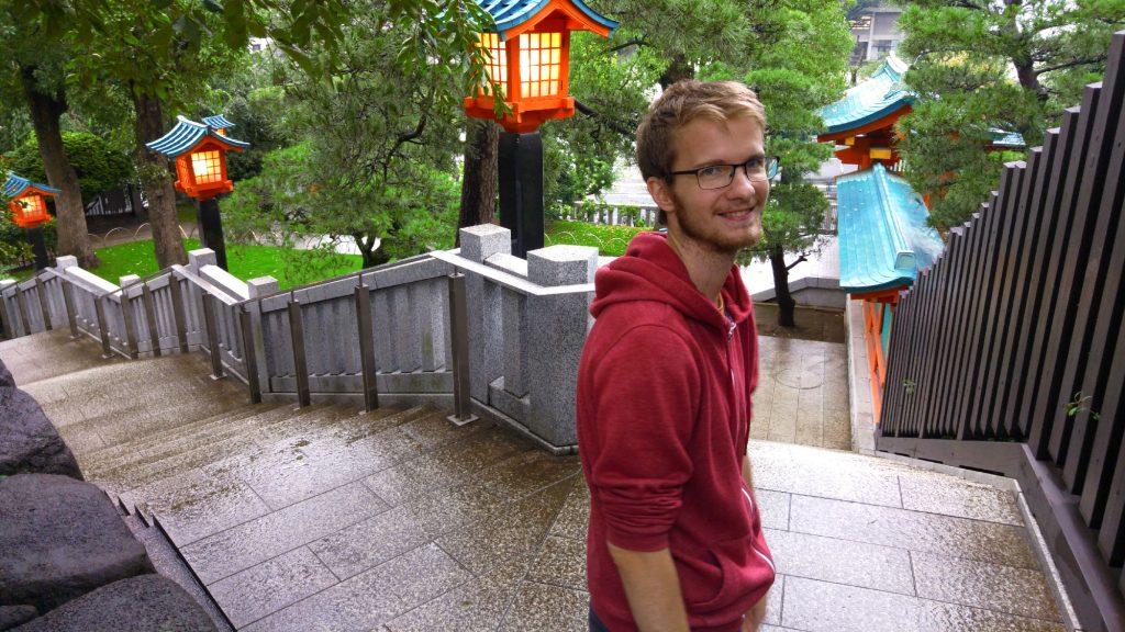 Vincent à un temple près de l'université de Waseda