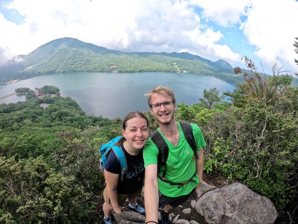 Claire et Vincent devant le lac Onuma