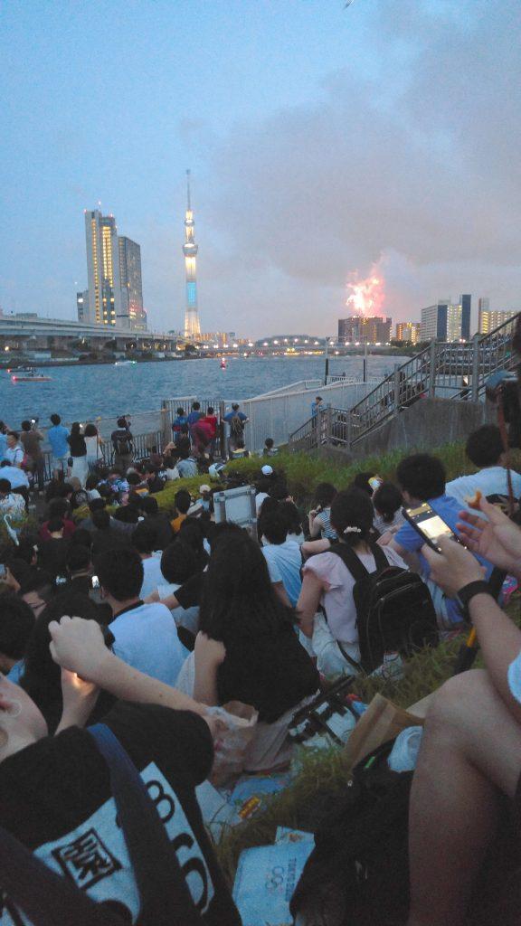 La foule, la Tokyo SkyTree et les feux d'artifice