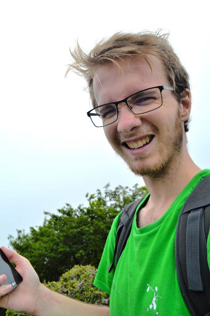 Vincent grimace au sommet du Mont Kurobi (maudits insectes)