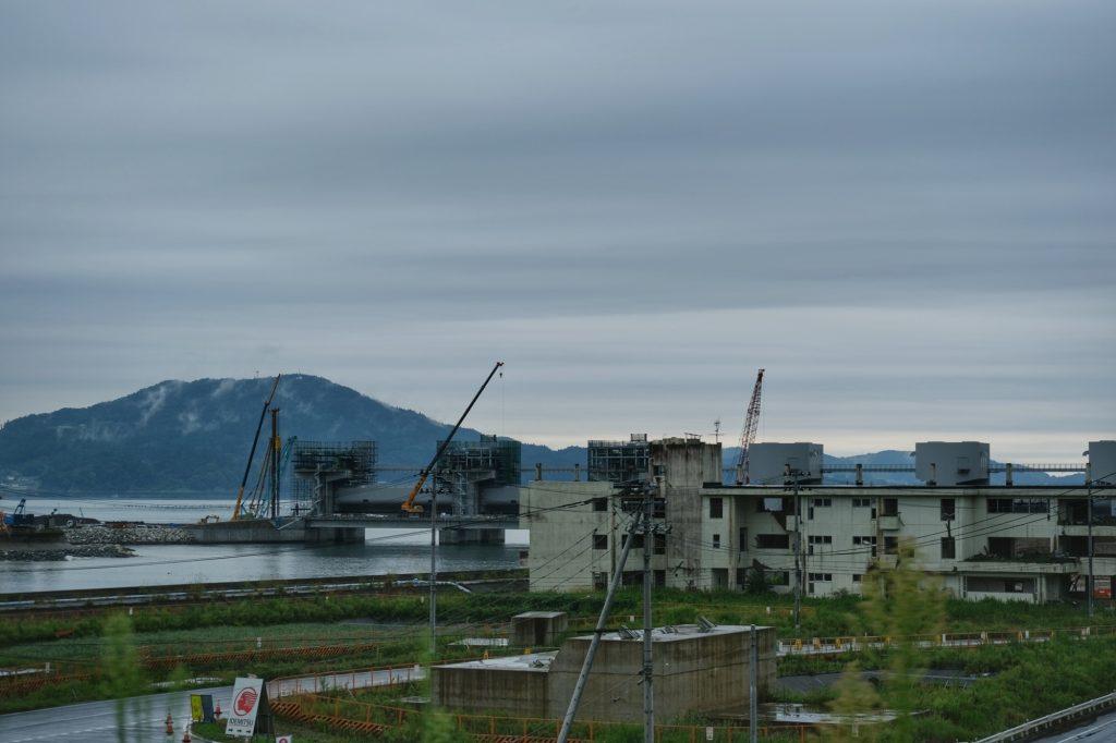 Bâtiment abandonné sur fond de construction à Rikuzen-Takata