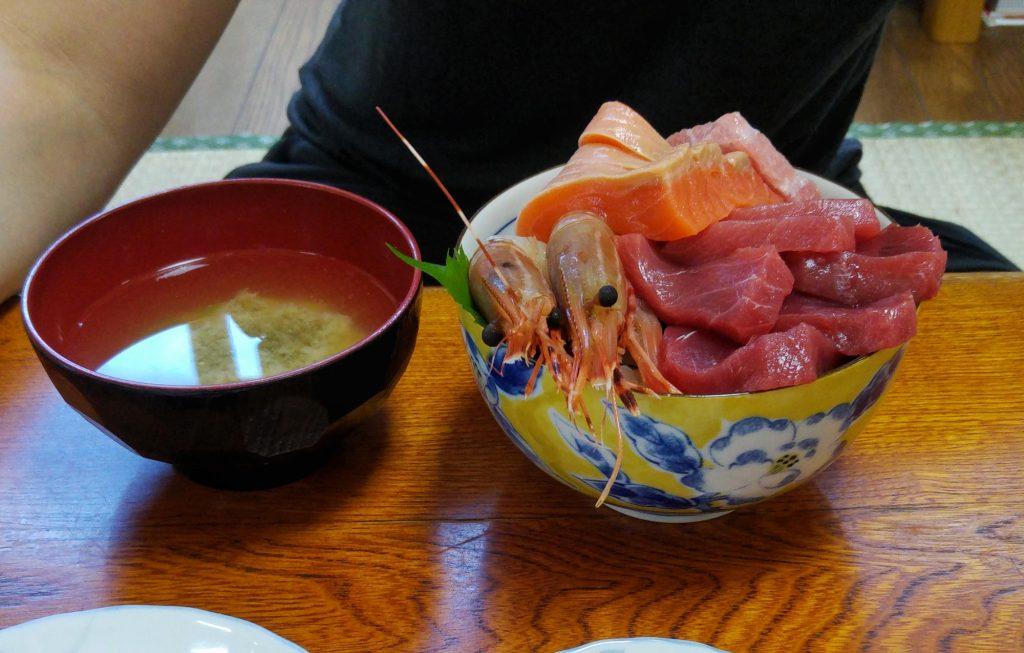 Assortiment de saumon, thon, crevettes
