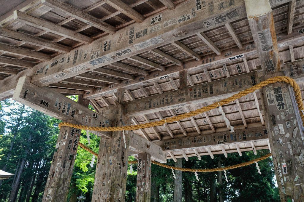 Les autocollants sur un autel du Mont Haguro
