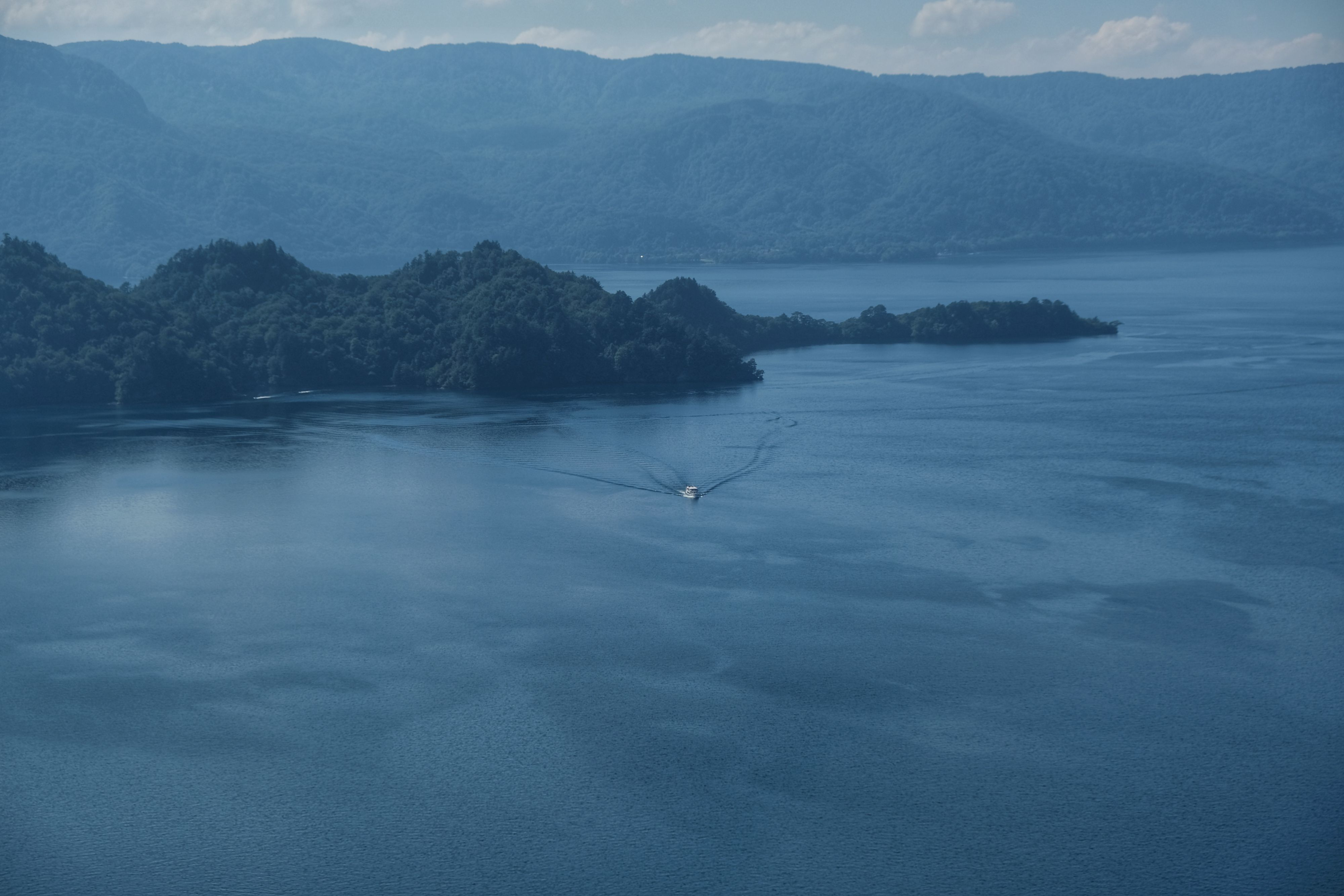 Un bateau sur le lac Towada