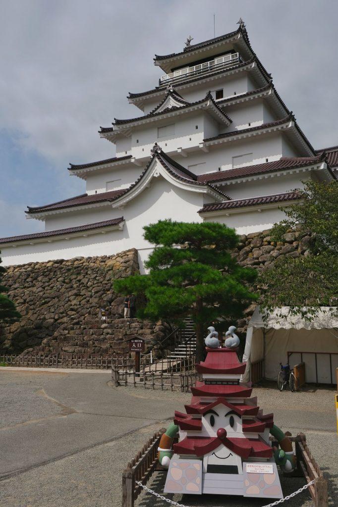 Le château d'Aizuwakamatsu et sa réplique souriante