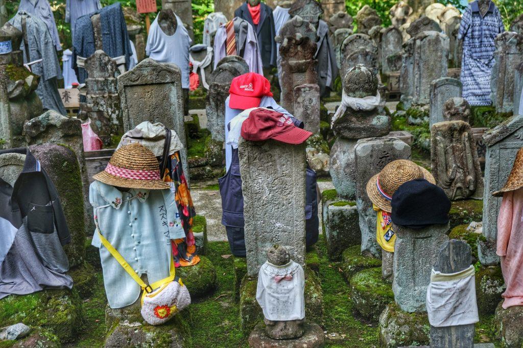 Le cimetière au sommet du Mont Haguro