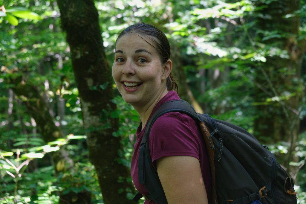 Claire est ravie de marcher le long de la rivière