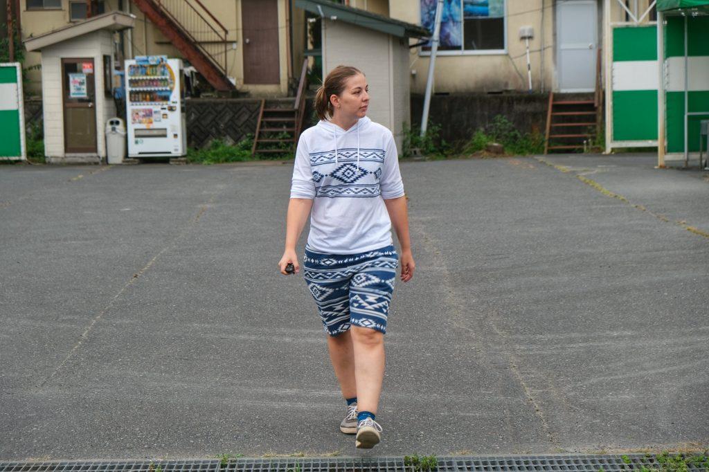 Claire marche d'un pas décidé pour quitter ce bouddha géant inaccessible