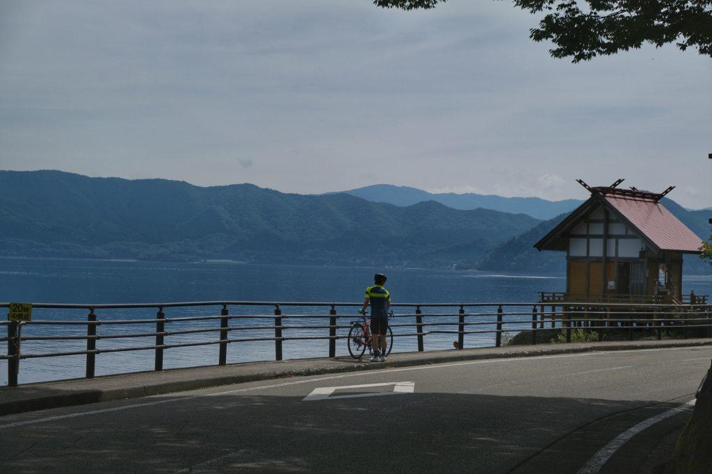 Un cycliste au bord du lac Tazawa