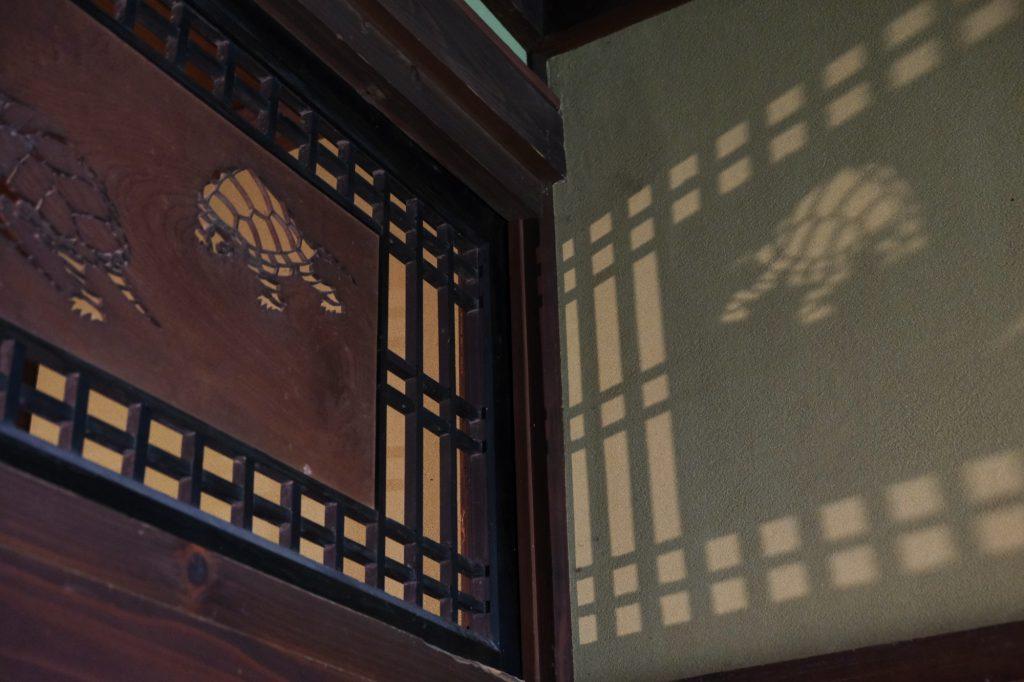 Une décoration en découpe dans la maison Ishiguro