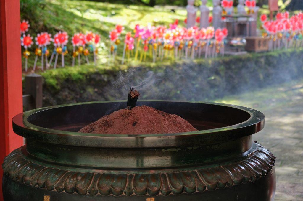 De l'encens brûle au temple du Haguro San