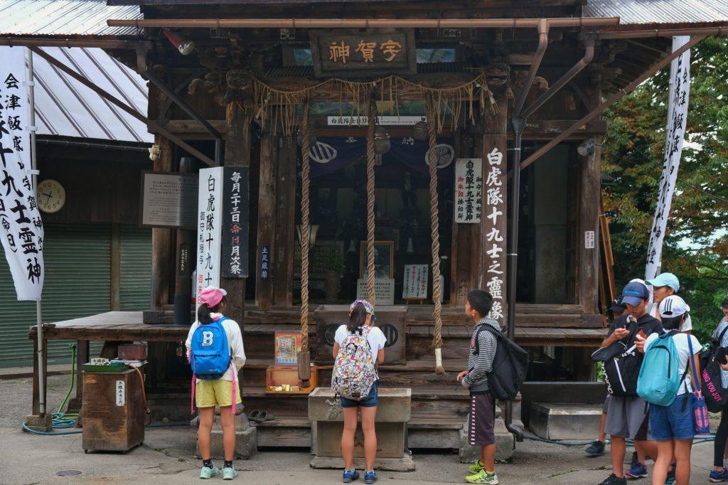Des groupes d'enfants visitaient le temple et ses alentours