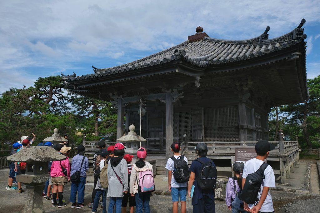 Des enfants visitent le temple de Godaido