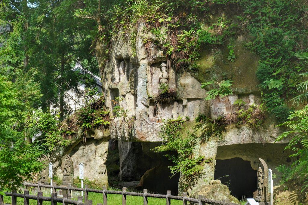 Les grottes devant le Zuigan-ji