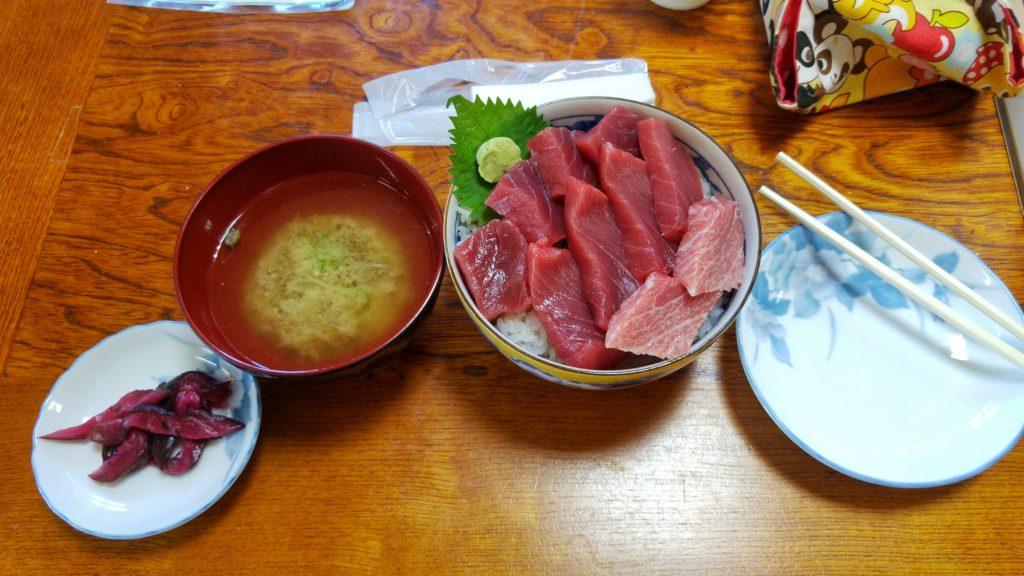 Maguro Don (thon cru sur du riz) avec ses accompagnements au cap d'Oma