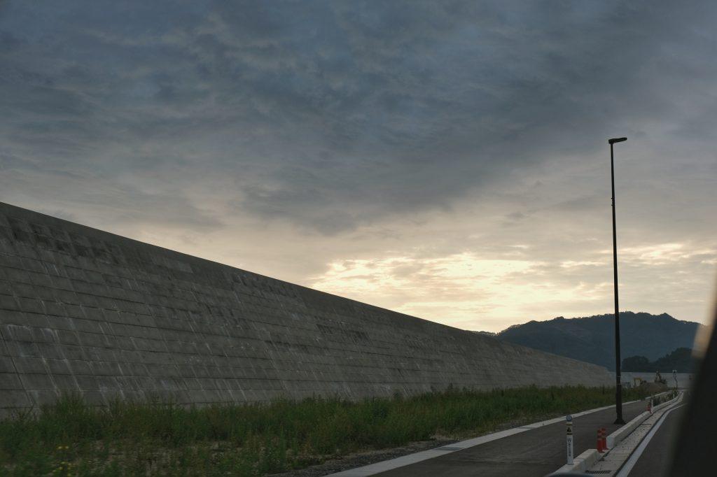Des digues impressionnantes qui doivent protéger ces zones de futurs tsunamis
