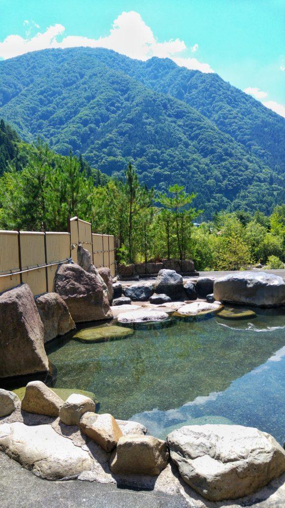 Un onsen, bain (très) chaud, avec vue sur les montagnes