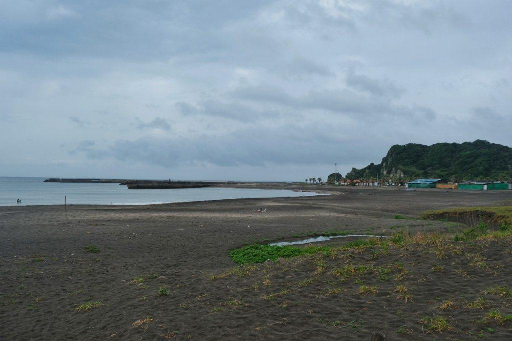 Une plage de la péninsule de Chiba dans la grisaille