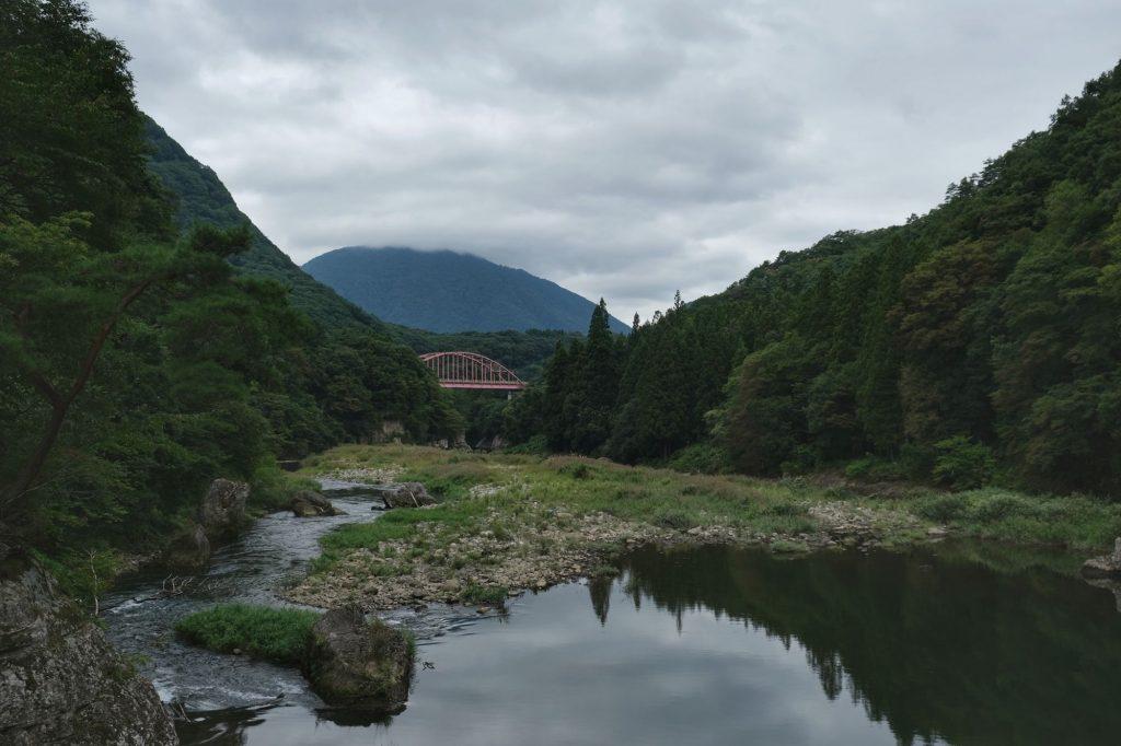 Un pont au loin depuis les gorges