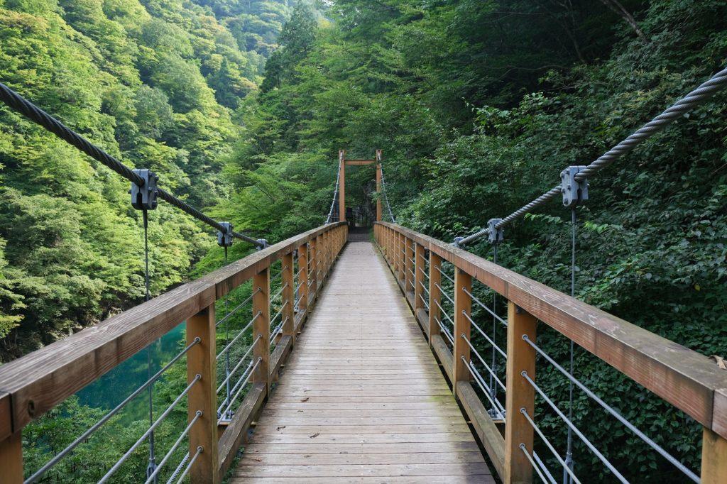 Un pont en bois surplombant les gorges de Dakigaeri