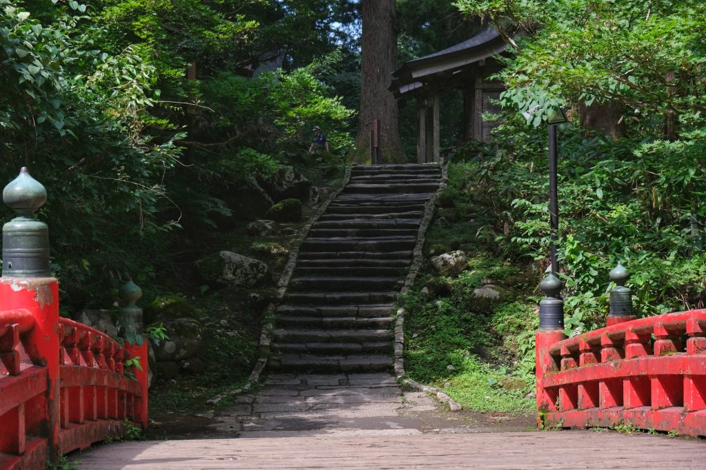 Le pont rouge et les escaliers du Haguro San