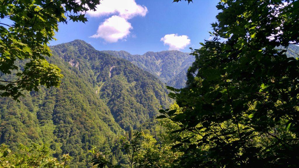 Vue sur les montagnes des Alpes Japonaises pendant une randonnée