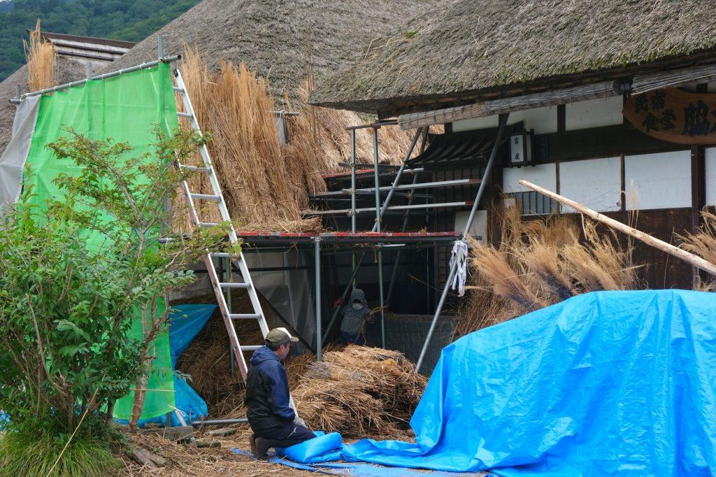 Rénovation d'un toit de chaume