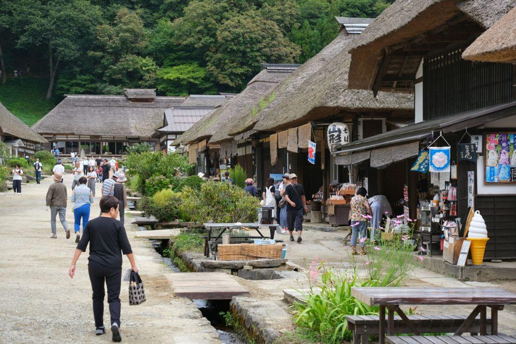 Les touristes (japonais) dans le village d'Ouchi-juku