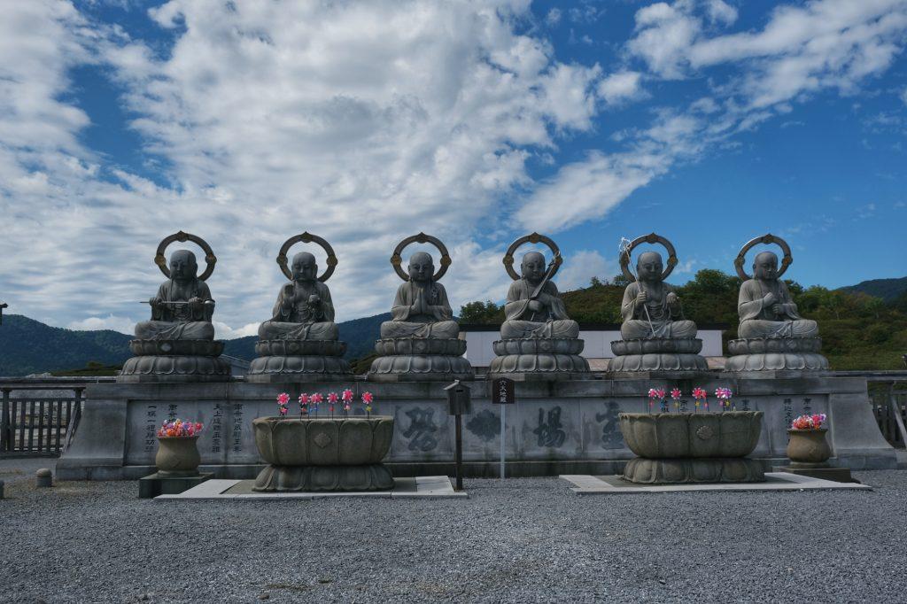 Les statues devant le temple de Ozore San